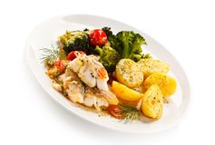 Rybi naczynie - piec rybi przepasuje i warzywa Zdjęcie Royalty Free