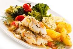 Rybi naczynie - piec rybi przepasuje i warzywa Zdjęcia Stock