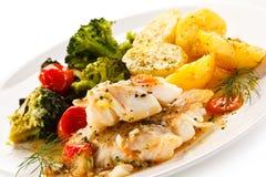 Rybi naczynie - piec rybi przepasuje i warzywa Obraz Stock