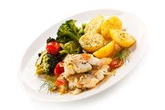 Rybi naczynie - piec rybi przepasuje i warzywa Zdjęcia Royalty Free