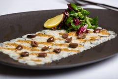 Rybi naczynie słuzyć z dokrętkami, arugula i cytryną, Obrazy Stock
