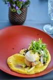 Rybi naczynie z puree na czerwień talerzu w restauracji zdjęcia royalty free