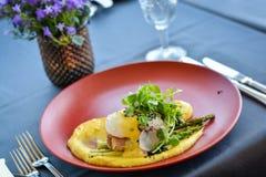 Rybi naczynie z puree na czerwień talerzu w restauracji zdjęcie royalty free
