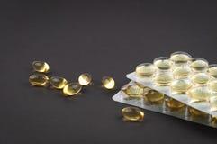 Rybi oleju omega3 kapsuł biologically aktywny przyłączeniowy na lekkim tle w górę bocznego widoku obraz stock