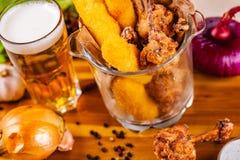 Rybi palce i pieczony kurczak w szklanym pucharze słuzyć z piwem obrazy stock