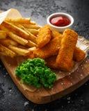 Rybi palce, mashed grochy, i szczerbią się dłoniaki Tradycyjny Brytyjski fast food obraz royalty free