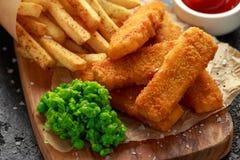 Rybi palce, mashed grochy, i szczerbią się dłoniaki Tradycyjny Brytyjski fast food fotografia royalty free