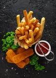 Rybi palce, mashed grochy, i szczerbią się dłoniaki Tradycyjny Brytyjski fast food zdjęcie royalty free