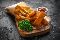 Rybi palce, mashed grochy, i szczerbią się dłoniaki Tradycyjny Brytyjski fast food obraz stock