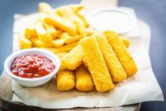 Rybi palec, francuzów układy scaleni z kumberlandem i dłoniaki pomidorowego ketchupu i majonezu lub fotografia stock