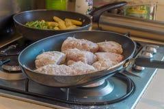 Rybi polędwicowy kucharstwo na dłoniak niecce, karmowy przygotowanie Zdjęcia Stock