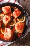 Rybi polędwicowy w pomidorowym kumberlandzie w niecki zakończeniu Pionowo odgórny widok Obrazy Royalty Free
