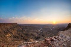 Rybi Rzeczny jar, sceniczny podróży miejsce przeznaczenia w Południowym Namibia Ostatni światło słoneczne na halnych graniach Sze Obrazy Stock