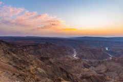 Rybi Rzeczny jar, sceniczny podróży miejsce przeznaczenia w Południowym Namibia Ostatni światło słoneczne na halnych graniach Sze Obrazy Royalty Free