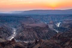 Rybi Rzeczny jar, sceniczny podróży miejsce przeznaczenia w Południowym Namibia Ostatni światło słoneczne na halnych graniach Sze Fotografia Stock