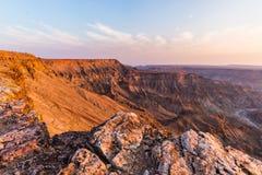 Rybi Rzeczny jar, sceniczny podróży miejsce przeznaczenia w Południowym Namibia Ostatni światło słoneczne na halnych graniach Sze Fotografia Royalty Free