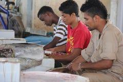 Rybi sprzedawca podczas gdy cięcie ryba Obraz Royalty Free