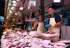 Rybi sprzedawca w losu angeles Boqueria rynku w Barcelona, Hiszpania Obrazy Stock