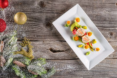 Rybi starteru jedzenie na bielu talerzu z boże narodzenie dekoracją produkt fotografia i nowożytny gastronomy Obraz Royalty Free