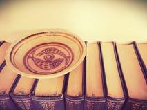 Rybi talerz na książkach Obrazy Royalty Free