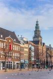 Rybi targowy kwadrat i Martini kościelny wierza w Groningen fotografia stock