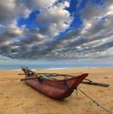 Rybia łódź na oceanu brzeg zdjęcia royalty free