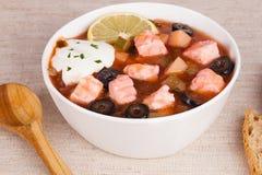 Rybia oset polewka z mięsną kwaśną śmietanką i cytryną w spokojnym życiu Obraz Stock