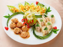 Rybia piłka z rybim tortem na bielu talerzu w azjatykciej restauraci Zdjęcie Stock