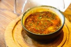 Rybia pomidorowa polewka w talerzu pod szklanym dzwonkowym Cloche obrazy royalty free