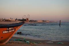 Rybie łodzie w Praia dÂ'Aguda plaży obraz royalty free