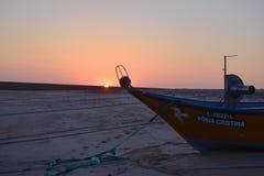 Rybie łodzie w Praia dÂ'Aguda plaży obrazy stock