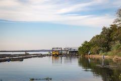 Rybiego gospodarstwa rolnego klatki ryba pisciculture w Brazylia Parana rzeka, bord Zdjęcie Royalty Free