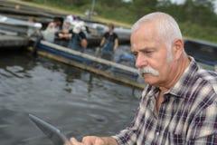 Rybiego gospodarstwa rolnego właściciela gospodarowania drużyna Fotografia Stock
