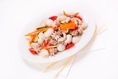 rybiego jedzenia pietruszki talerz piec morze mali ośmiornic warzywa Fotografia Royalty Free