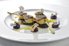 Rybiego naczynia Skewer przegrzebki Zasklepiał z czarnym Rice i purpurami Zdjęcie Stock
