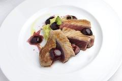 Rybiego naczynia tuńczyk Polędwicowy z wiśniami w porcie i puree ziemniaczane Obraz Stock