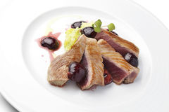 Rybiego naczynia tuńczyk Polędwicowy z wiśniami w porcie i puree ziemniaczane Obraz Royalty Free