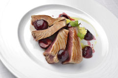 Rybiego naczynia tuńczyk Polędwicowy z wiśniami w porcie i puree ziemniaczane Zdjęcia Stock