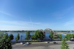 Rybinsk, Rússia - 3 de junho 2016 Ponte Railway sobre o Rio Volga Fotos de Stock Royalty Free