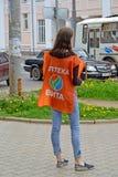 Rybinsk, Rosja Dziewczyna reklamuje w apteki Vita przylądku na ulicie Rosyjski tekst zdjęcie stock