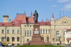 Rybinsk, Rusia Un monumento a V I Lenin contra la perspectiva del edificio del esta conmemorativo del arte histórico y arquitectó imagen de archivo
