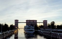 Rybinsk, Rusland - 3 juni 2016 Schip Twee van de passagiersrivier Kapitalen komt uit het slot in het reservoir van Rybinsk Royalty-vrije Stock Fotografie