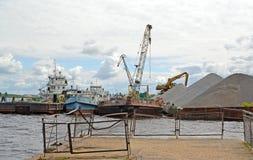 """Rybinsk, Russia Attracco del porto fluviale del carico """"ricerche """" Regione di Yaroslavl fotografia stock"""