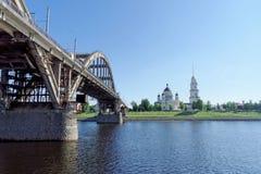 Rybinsk, Russia - 3 giugno 2016 Ponte ferroviario sopra il fiume Volga Fotografie Stock Libere da Diritti