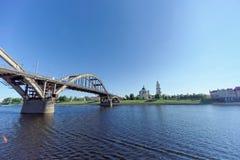 Rybinsk, Russia - 3 giugno 2016 Ponte ferroviario sopra il fiume Volga Fotografia Stock