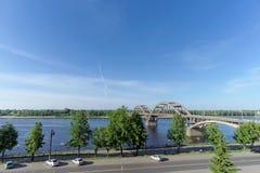 Rybinsk, Russia - 3 giugno 2016 Ponte ferroviario sopra il fiume Volga Fotografie Stock
