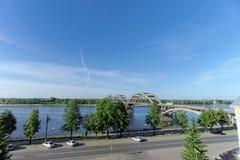 Rybinsk, Russia - 3 giugno 2016 Ponte ferroviario sopra il fiume Volga Fotografia Stock Libera da Diritti