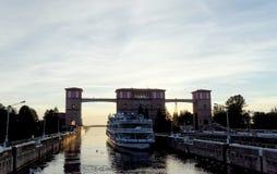 Rybinsk, Russland - 3. Juni 2016 Passagierfluss-Schiff zwei Hauptstädte kommen aus den Verschluss im Rybinsk-Reservoir heraus Lizenzfreie Stockfotografie