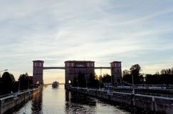 Rybinsk, Russland - 3. Juni 2016 Passagierfluss-Schiff zwei Hauptstädte kommen aus den Verschluss im Rybinsk-Reservoir heraus Lizenzfreies Stockbild