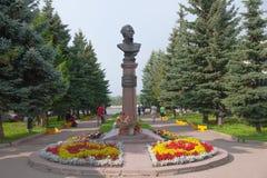 Rybinsk, Yaroslavl-Gebied, Rusland - Augustus 3, 2013: Monument aan de grote Russische admiraal Ushakov op dijk Stock Afbeeldingen